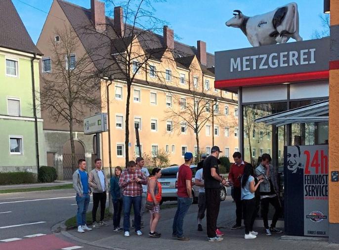© DFV - Geduldige Kunden in der Warteschlange sind bei Metzgerei Huber in Ingolstadt kein ungewöhnliches Bild - weder im Laden noch vor dem Automaten.
